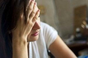 femme fatiguée devant combattre l'épuisement émotionnel