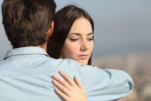 femme commettant une infidélité émotionnelle