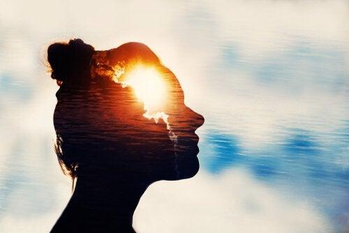 Femme avec de la lumière à l'esprit