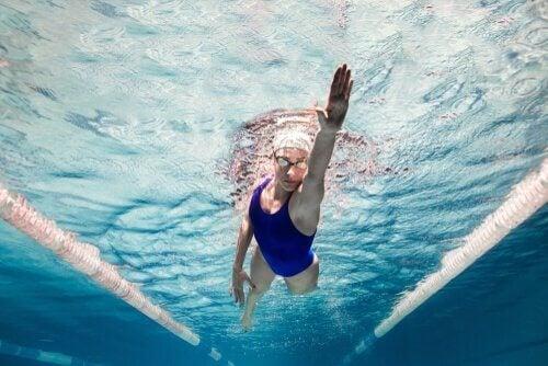 personne pratiquant la natation