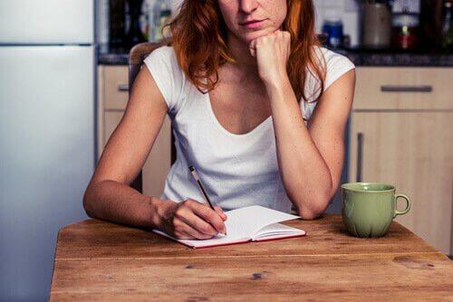 femme qui fait une liste des choses à faire pour combattre l'épuisement émotionnel