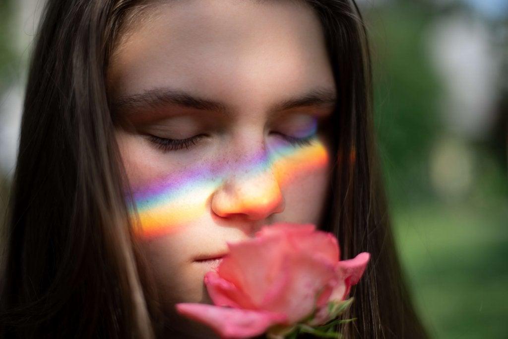femme plongée dans ses souvenirs qui sent une rose