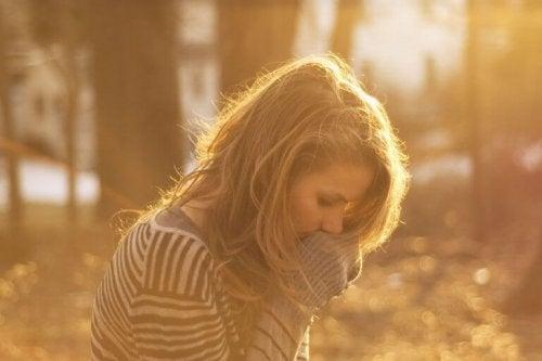 femme triste devant combattre l'épuisement émotionnel