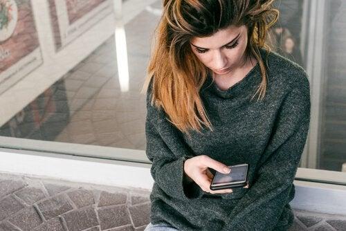 femme triste à cause des mensonges sur les réseaux sociaux