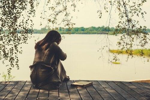 femme ayant le coeur brisé