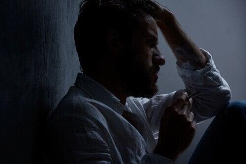 homme anxieux à cause du stress au travail