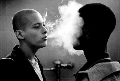homme qui fume dans American History X