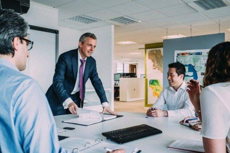 un leader en réunion
