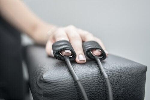 main d'une personne testée par le polygraphe
