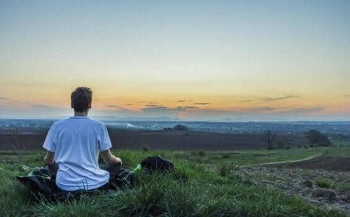 mindfulness devant lever de soleil