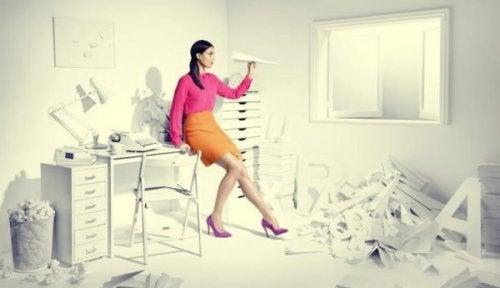 Une femme au milieu d'un bureauen désordre