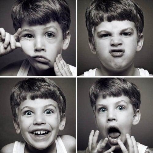 visages différents : faire de l'enfant un expert émotionnel