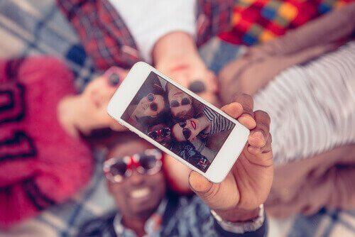 amis faisant un selfie
