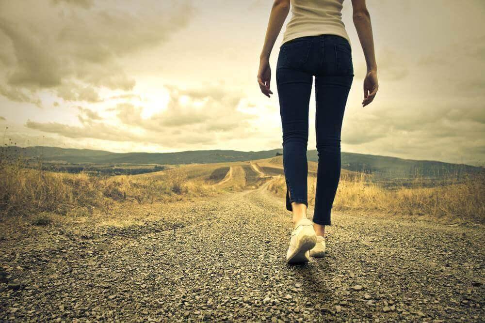 Femme qui marche sur un chemin