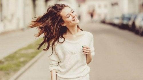femme heureuse ayant un langage positif