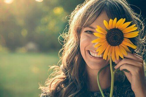Sourire davantage nous rend plus heureux