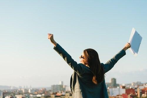 femme heureuse qui a réussi à vaincre l'anxiété au travail