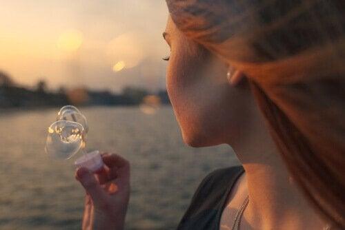 Nous profitons peu de ce que nous avons et nous regrettons beaucoup ce qui nous manque