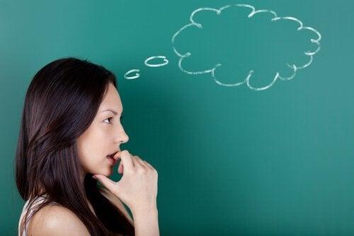 femme réfléchissant à l'effet du dormeur