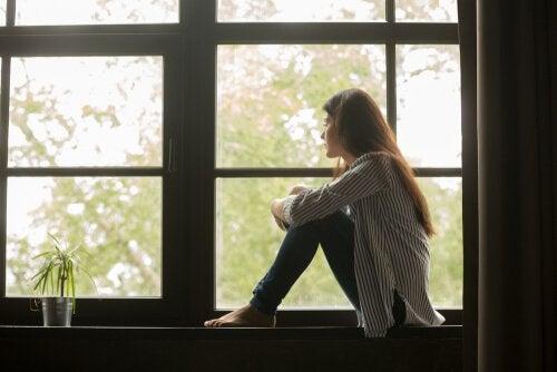 femme pensive ayant peur de rester célibataire