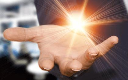 main et lumière
