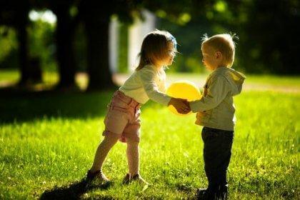 enfants s'adonnant au partage
