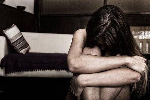 femme angoissée à causes des personnes qui manquent d'empathie
