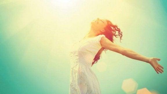 Etre flexible pour être heureux Femme-heureuse-avec-bras-ouverts-1-576x324