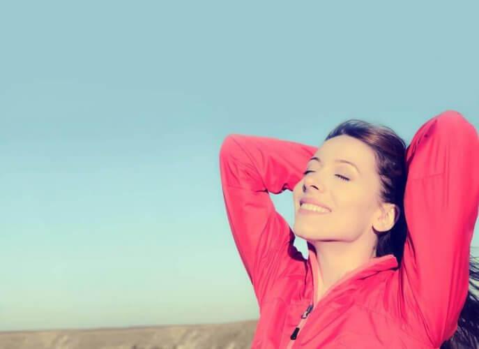 femme profitant de l'émancipation émotionnelle