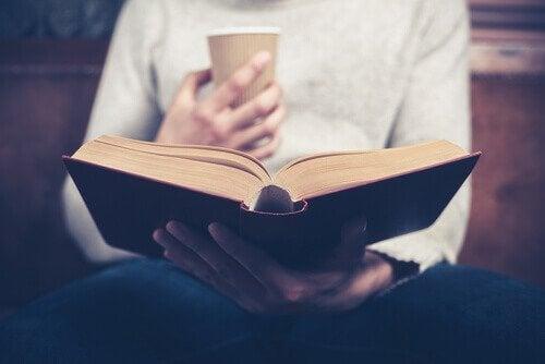 femme faisant la lecture