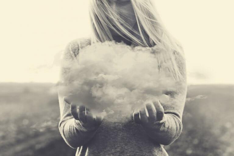 femme portant un nuage qui représente les pensées négatives