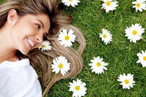 femme qui profite et qui ne connaît pas le syndrome du bonheur ajourné