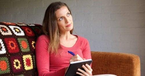 femme réfléchissant à l'autorégulation des émotions