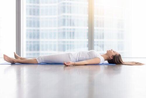 femme qui pratique yoga Nidra