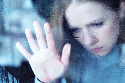 femme ayant peur d'être seule
