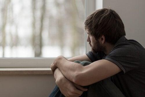homme anxieux à cause des effets des benzodiazépines