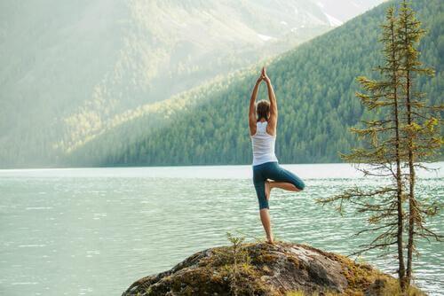 5 postures de yoga faciles pour canaliser l'énergie