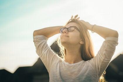 femme les yeux fermés tentant d'optimiser sa concentration mentale