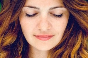 femme les yeux fermés réfléchissant aux différents types de méditation