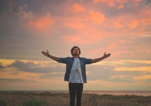 homme faisant sa prière personnelle