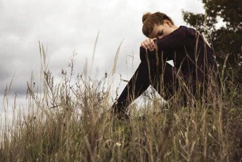 femme triste à cause d'une relation co-dépendante