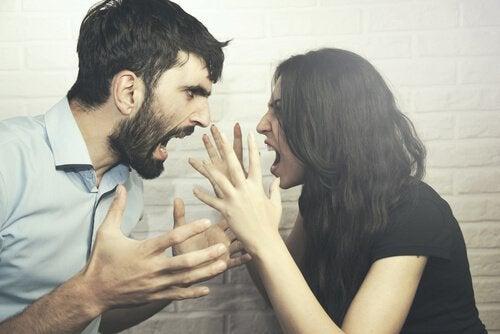 couple en colère qui se dispute