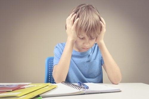 enfant frustré à cause des mathématiques
