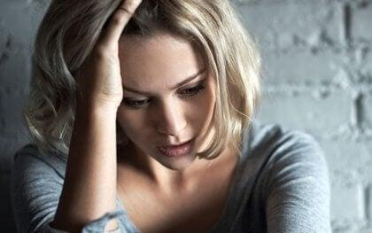 femme ayant des maux d'estomac