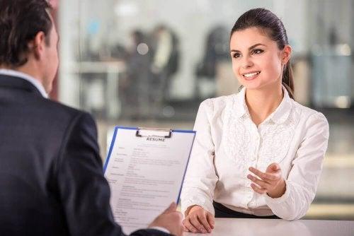 femme qui passe un entretien d'embauche