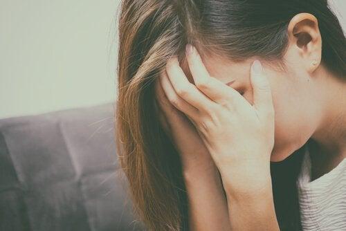 femme qui pleure à cause de coups de colère