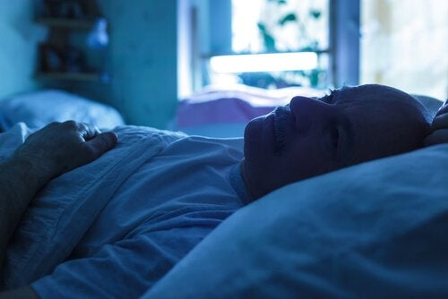 homme au lit souffrant d'andropause
