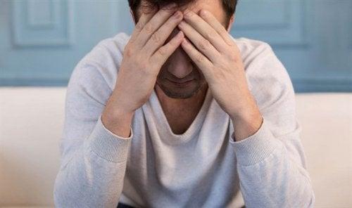 homme triste à cause d'une violence sexuelle subie