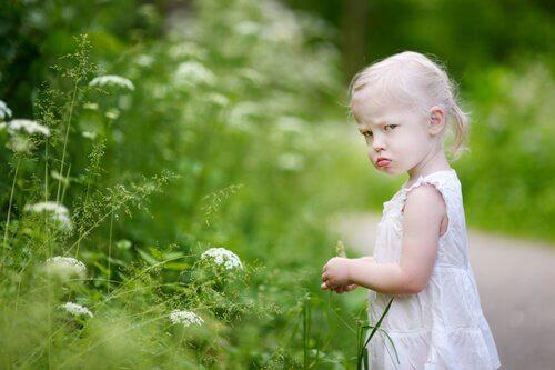 petite fille faisant des crises de colère