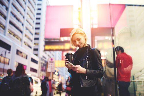 Le zombiewalking : marcher en regardant son téléphone portable